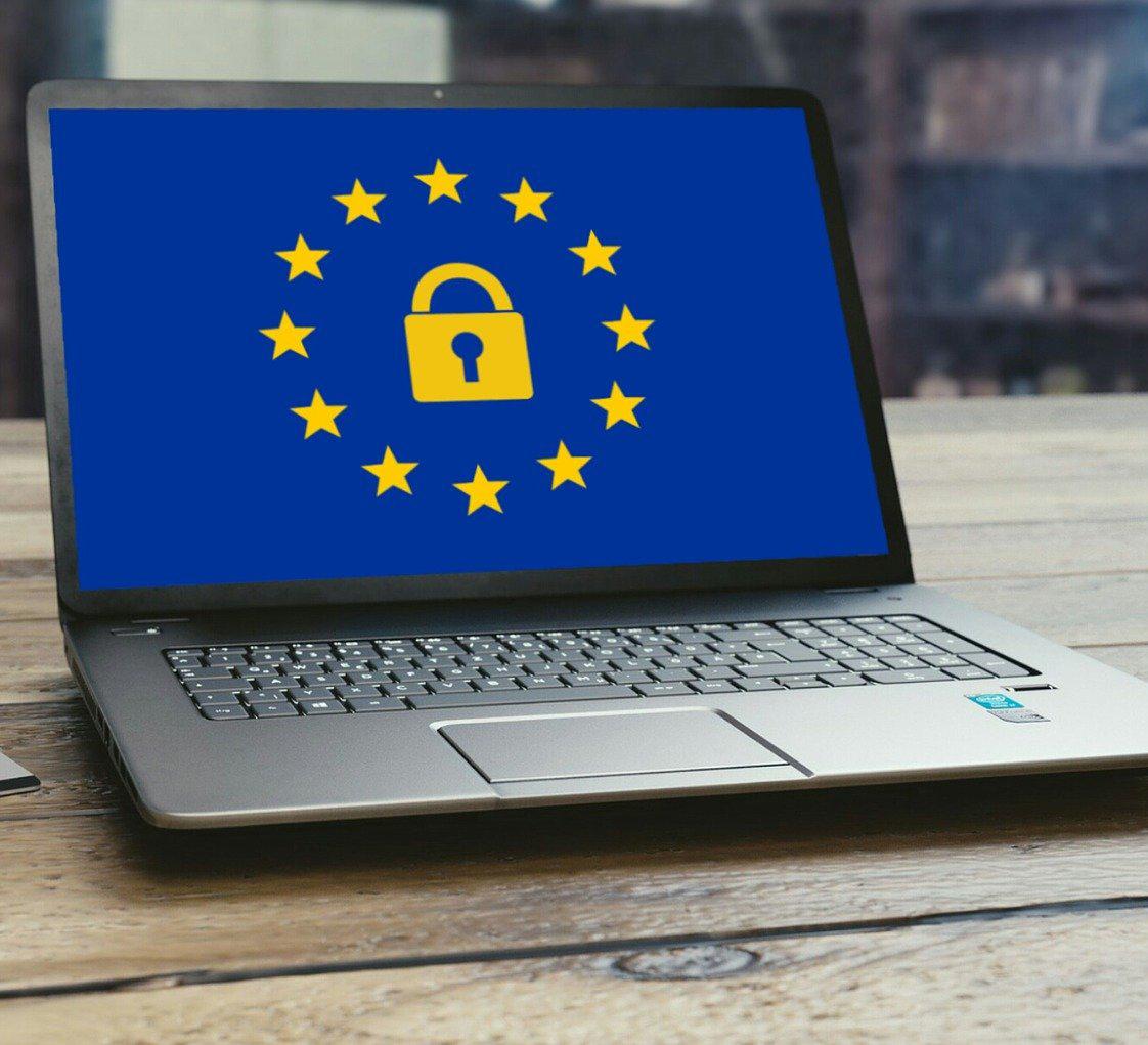 Zu sehen ist ein Laptop auf einem Tisch, der Bildschirm zeigt ein Symbolbild zur DSGVO 2019. Bild: Pixabay/mohamed Hassan