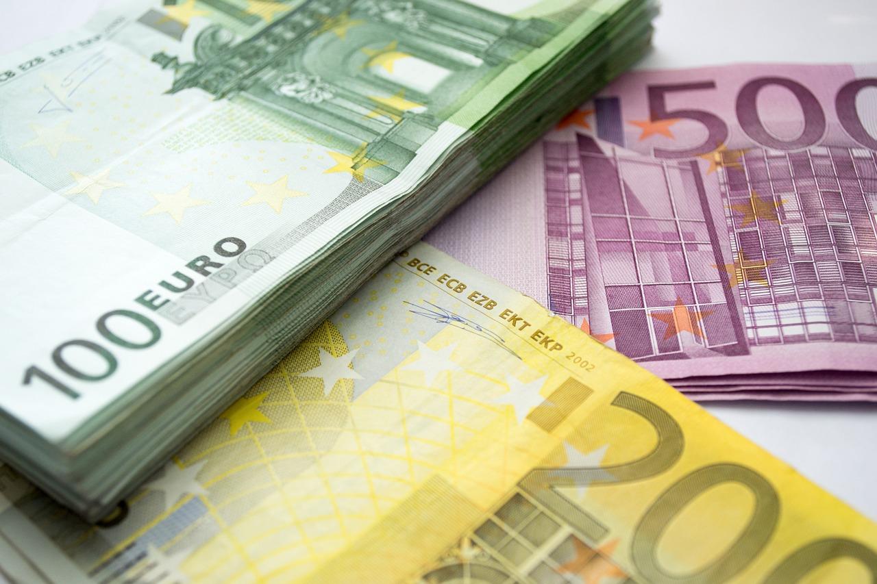 Zu sehen sind Stapel von 100-, 200- und 500-Euro-Scheinen. Sie stehen für die Investition bei der Umsetzung zur DSGVO 2019. Bild: Pixabay/Jojo Hasilla
